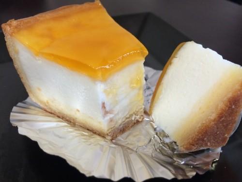 """デリチュースを代表するチーズケーキ""""デリチュース""""のピースと断面"""
