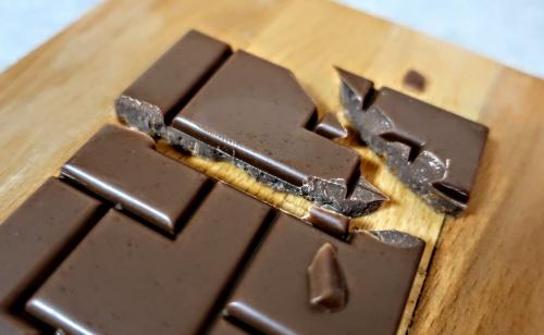 木板に乗った板チョコレートのイメージ。
