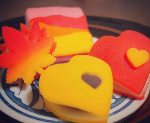 赤、黄、オレンジに彩られた鮮やかなニキ二キ「デコ八ツ橋」