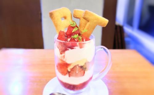 神戸三宮のカフェBTTのクッキーが乗ったイチゴパフェ