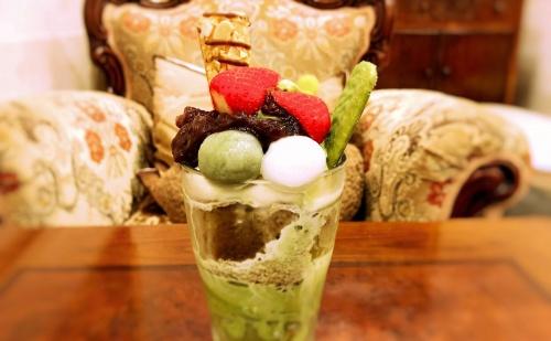 レアルプリンセサリカルディアーナ磯上邸のあんことイチゴが乗った抹茶パフェ