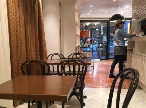 神戸三宮のパティスリートゥーストゥースさんのカフェ店内
