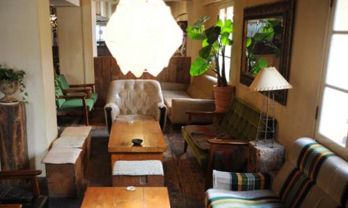 神戸元町のマムーニアカフェの広々としたソファ席と飾りの観葉植物