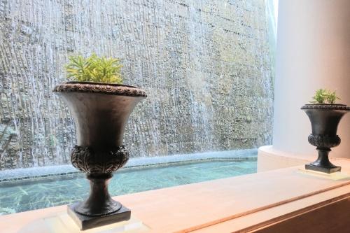 神秘的な、ティーラウンジベルクール(神戸ポートピアホテル内)の人口滝。