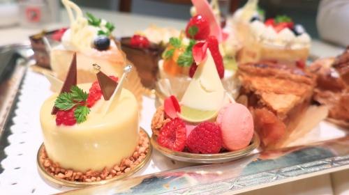 """ホテルオークラ神戸内の""""カフェレストランカメリア""""のカラフルなケーキ達"""
