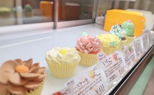 お花屋さんのショーケースのようなカップケーキが並ぶショーケース