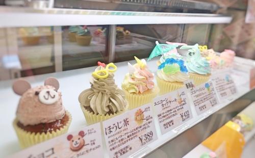お人形のようなカップケーキが並ぶアトリエナユタのショーケース