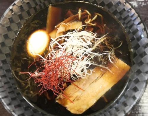 スープが本当に黒い、吹田サービスエリア名物のブラックラーメン