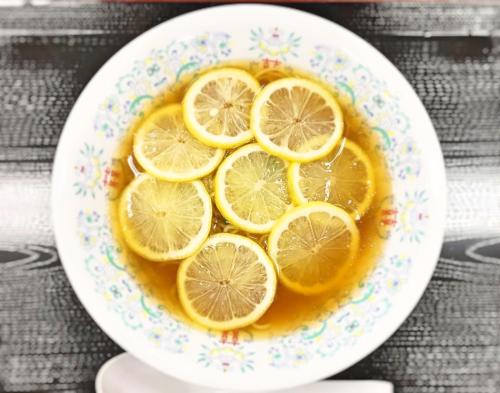 輪切りのレモンが目一杯浮かんだ西宮名塩サービスエリア名物のレモンラーメン。