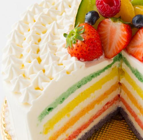 ナチュラルカラーのレインボースポンジが入ったルヴィーブルのホールケーキ