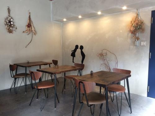 ドライフラワーが飾られた、珈琲焙煎所-旅の音-のカフェスペース。