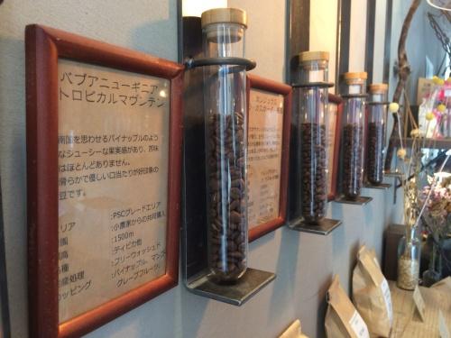 珈琲焙煎所-旅の音-で購入できるオリジナルコーヒー豆の陳列。