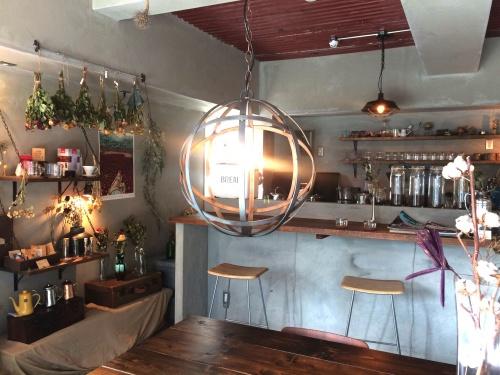 柔らかな光の証明が心地よい、珈琲焙煎所-旅の音-の店内。