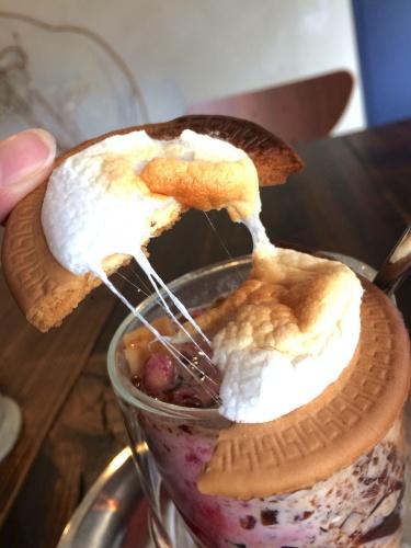 珈琲焙煎所-旅の音-のコーヒーゼリーパフェに乗る、カスタムのマシュマロ。