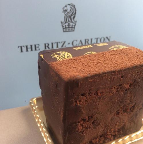 レンガのようにどっしりしたリッツカールトンロゴ入りのチョコレートケーキ