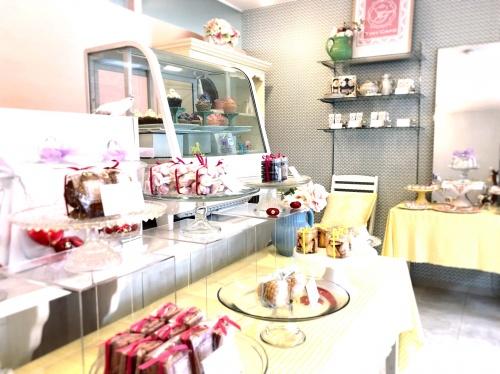 手作り焼き菓子が並ぶ可愛らしいタイニーケークの店内
