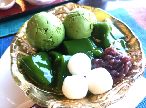 抹茶アイスと白玉、あずきが乗った中村藤吉本店の生茶ゼリィ単品。