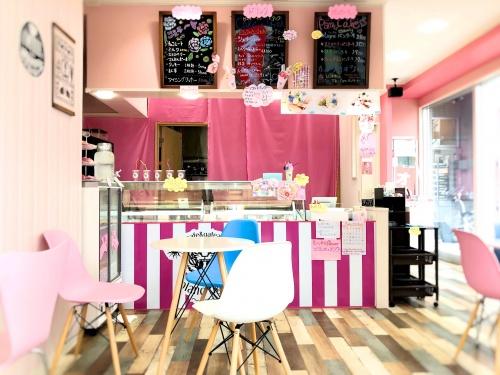 ガーリーなピンクを基調としたブランティーグル大須店の店内