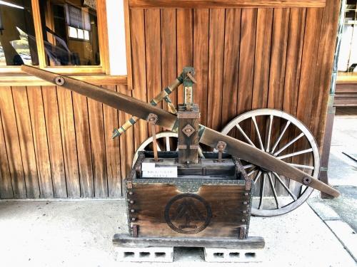 富雄のカフェ、みやけさんにある、江戸時代に使われていた消火ポンプ。