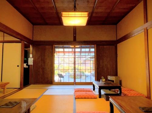 広いお座敷でくつろげる旧鴻池邸表屋みやけさんの店内。