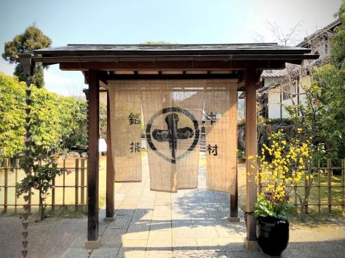 """中村藤吉平等院店の門にかかる、""""まると""""ロゴの暖簾"""