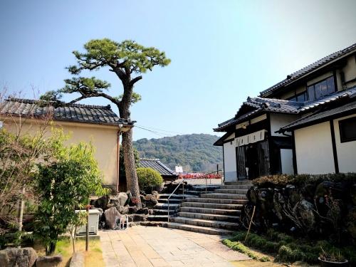 中村藤吉平等院店の庭と本館に続く石造りの階段