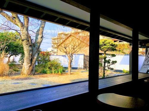 辻利兵衛本店のお庭の盆栽や季節の木々の見える席。