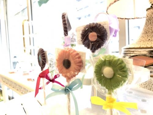 手作り焼き菓子とチョコレートのお花が並ぶ可愛らしいタイニーケークの店内