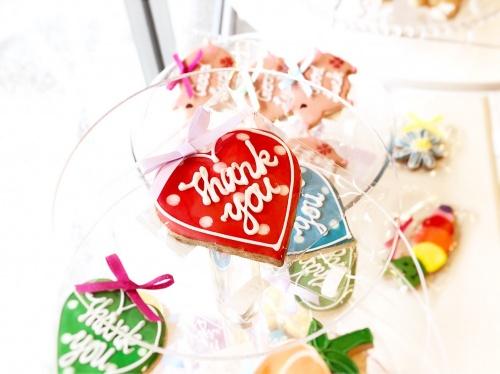 """タイニーケークの""""Thank you""""と描かれたハート形のカラフルアイシングクッキー"""