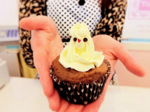 タイニーケークの女性オーナーさんが差し出すバタークリームカップケーキ