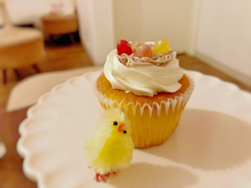 ひよこの飾りをお皿に置いた鳥の巣のカップケーキ
