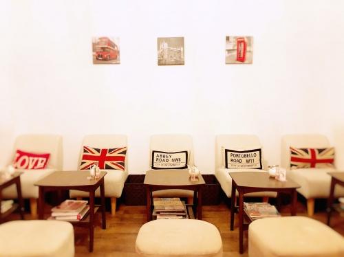 イギリス国旗のインテリアが並ぶロンドンカップケーキ名古屋店2階のカフェスペース