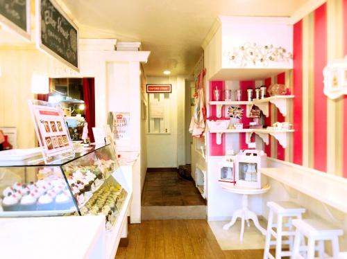 ピンクを基調としたロンドンカップケーキ名古屋店の1階ショーケースとイートインカフェ