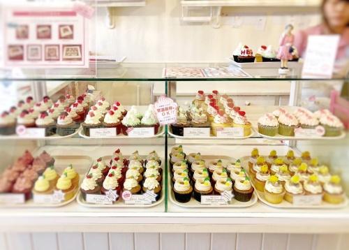 色んなカップケーキが並ぶロンドンカップケーキ名古屋店のショーケース