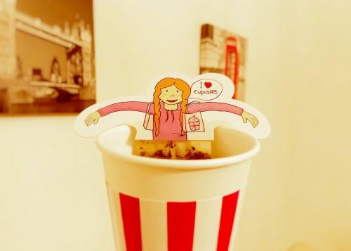 女の子のイラスト付きの紅茶のティーバッグ