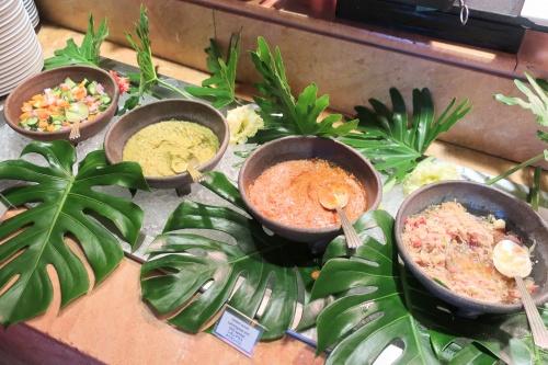 ハイアットリージェンシー大阪のバリ料理ビュッフェの様子、カレーサラダなど