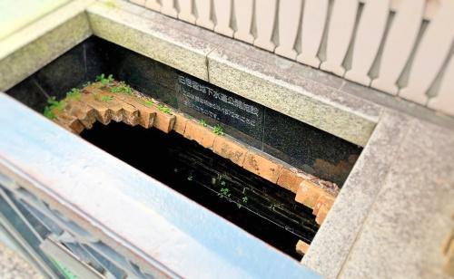 トゥーストゥースメゾン15の前にあるレンガ作りの旧居留地下水道公開施設