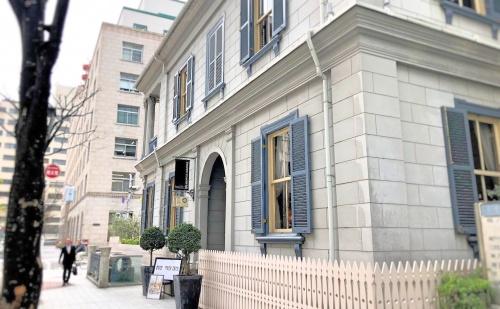 神戸旧居留地、トゥーストゥースメゾン15の外観、カフェ入り口