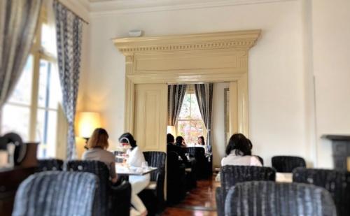 神戸旧居留地、トゥーストゥースメゾン15にてカフェを楽しむ女性たち