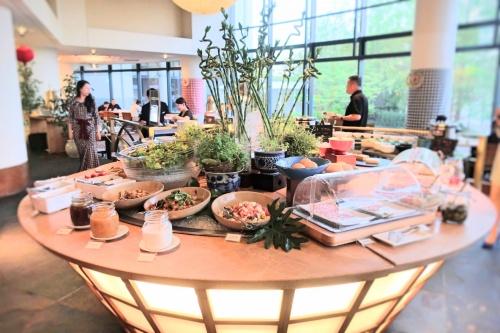 大きな吹き抜けのあるハイアットリージェンシー大阪のバリ料理ビュッフェの様子