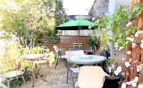 季節の緑に囲まれた「空気ケーキ」さんのテラス席。