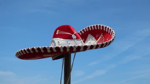 メキシコ伝統の帽子と青い空