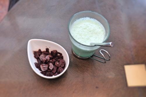 アイスのチョコミントラテと、別添えのチョコレートの氷