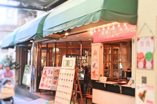阪急梅田駅徒歩スグの場所に立たずむ緑の看板の「ピエロドピエロ」さんのお店前