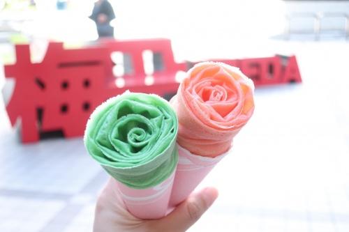 薔薇の花をかたどったクレープのイチゴとチョコミント