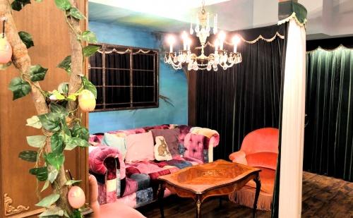 ドリーミーなシャンデリアが飾られたカフェオトギさんの店内