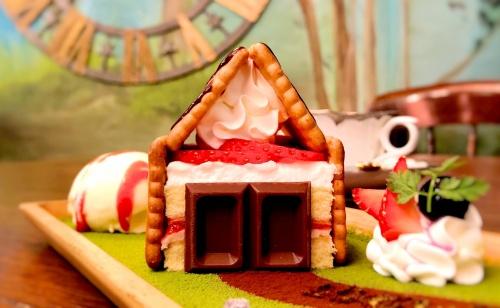 神戸のカフェオトギさんの名物、お菓子の家をかたどったショートケーキ