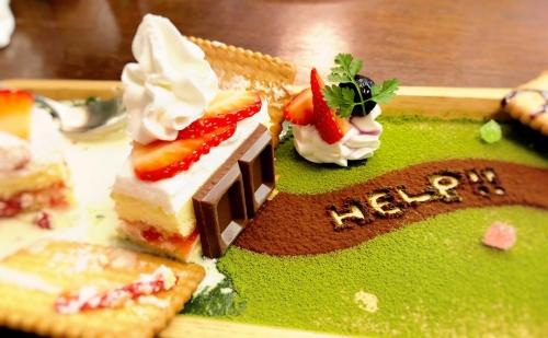 神戸のカフェオトギさんの名物、お菓子の家をかたどったショートケーキの食べかけ