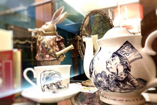 「不思議の国のアリス」を思わせるコーヒーセット