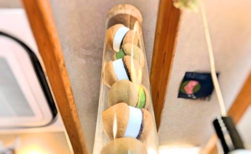 店内に飾られた、ドングリのような姿の空気ケーキ、抹茶とプレーンのレプリカ。
